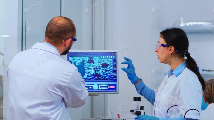 Группа ученых, работающих в лаборатории