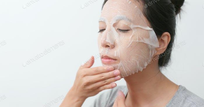 Mujer aplicar máscara en la cara