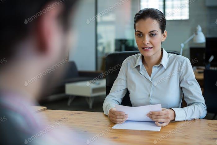 Business Executive Durchführung Bewerbungsgespräch mit Mann