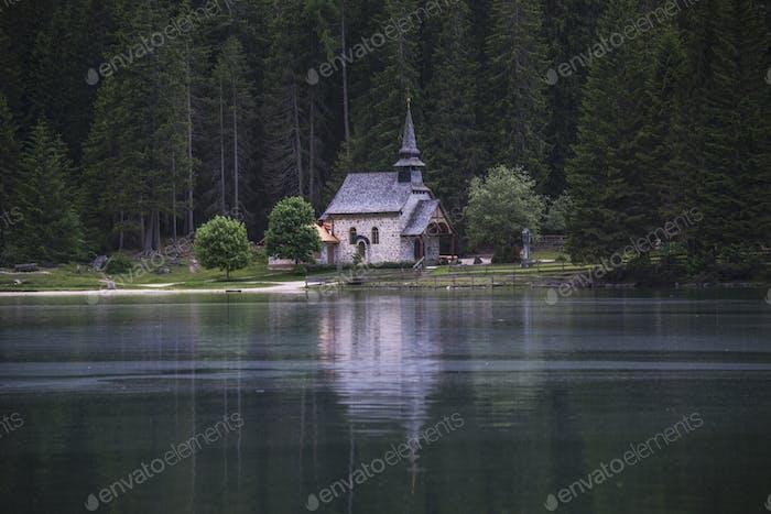 Gotische Kirche am Prags See in den Dolomiten