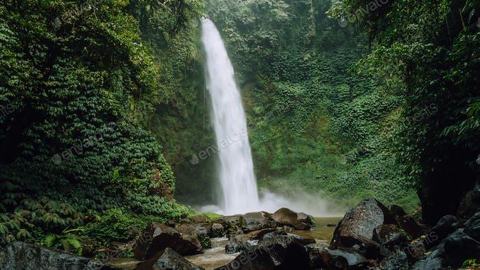 Amazing Nungnung Wasserfall, Bali, Indonesien