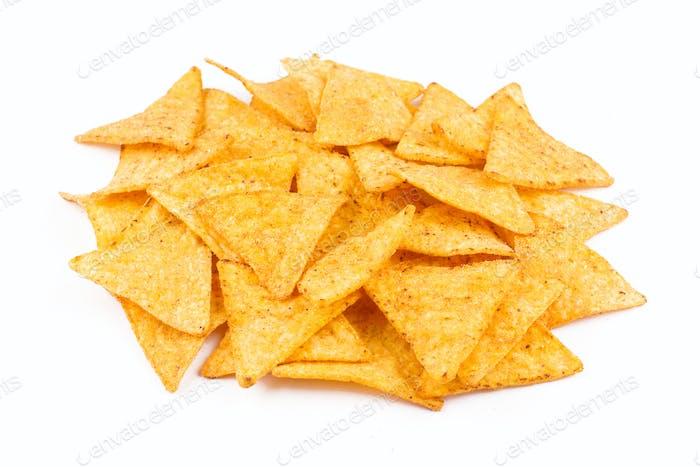 Vorderansicht der Nachos Snacks Haufen isoliert auf weiß