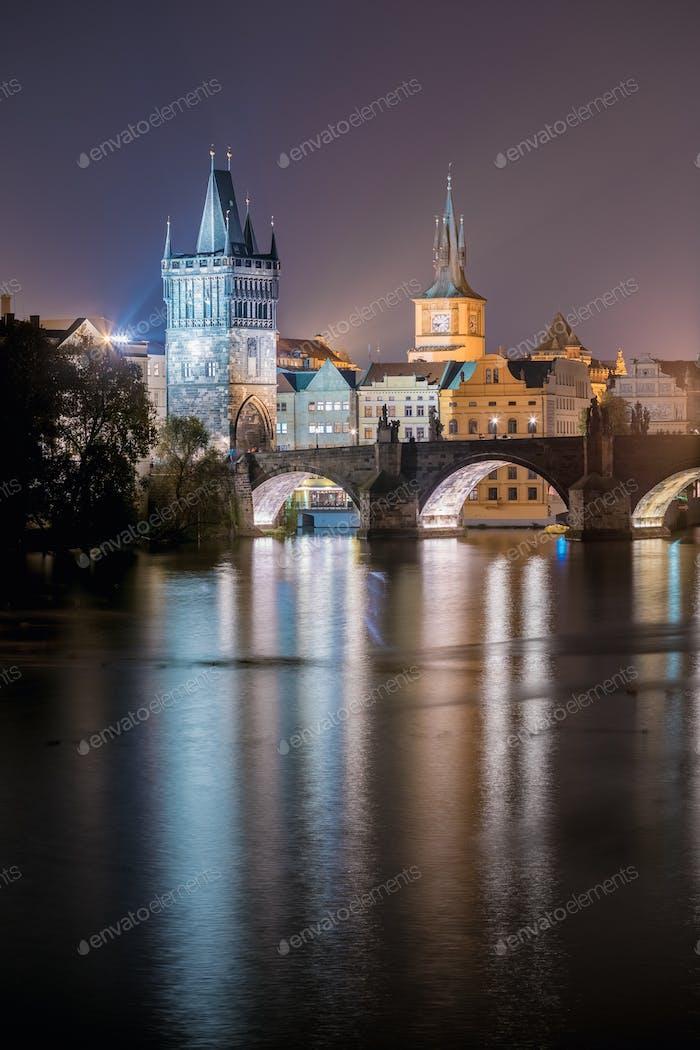 Nachtansicht der beleuchteten Karlsbrücke in Prag, Tschechische Republik