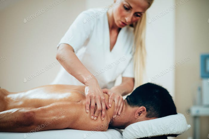 Sportmassage Therapeut tut Schultermassage
