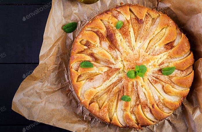 Hausgemachte Kuchen mit Birnen und Mandelmehl auf dunklem Hintergrund. Draufsicht, Overhead