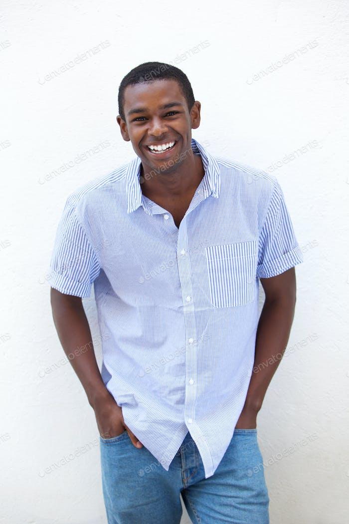 Junge African American Mann lachen