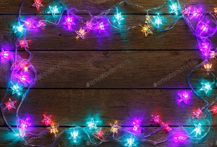 Weihnachtsbeleuchtung Bordüre auf Holzhintergrund