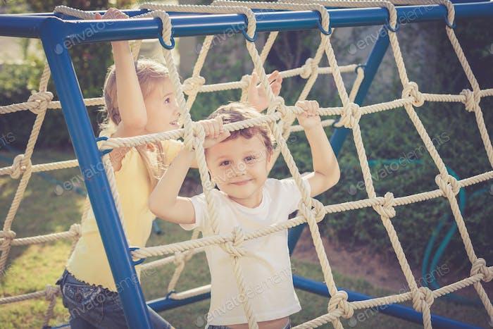 niños Alegre jugando en el patio de recreo