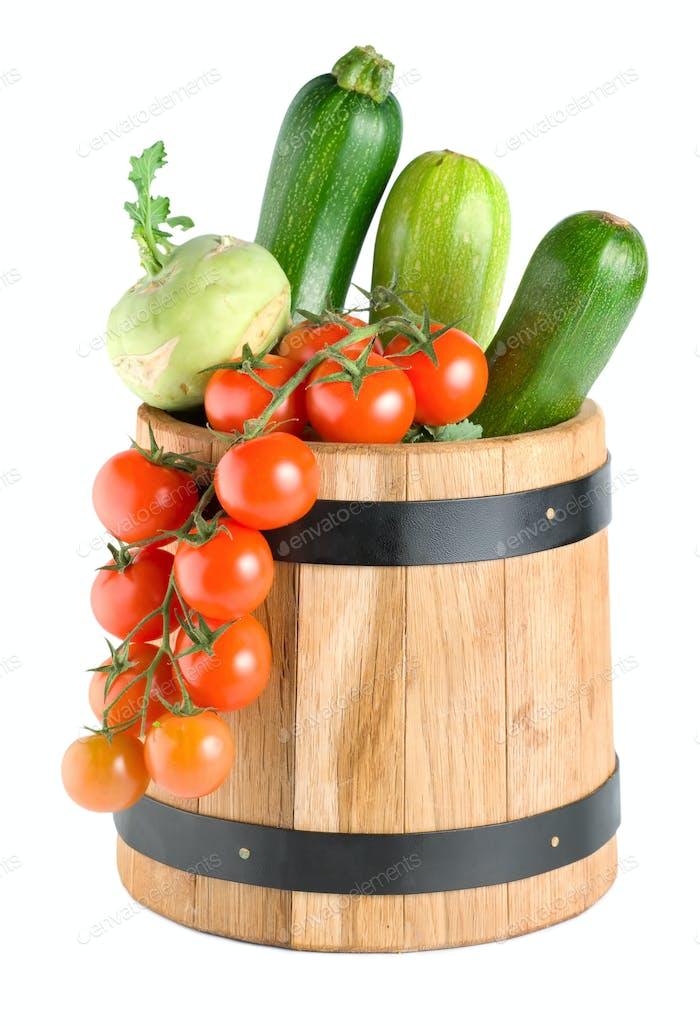 Holzfass mit Gemüse