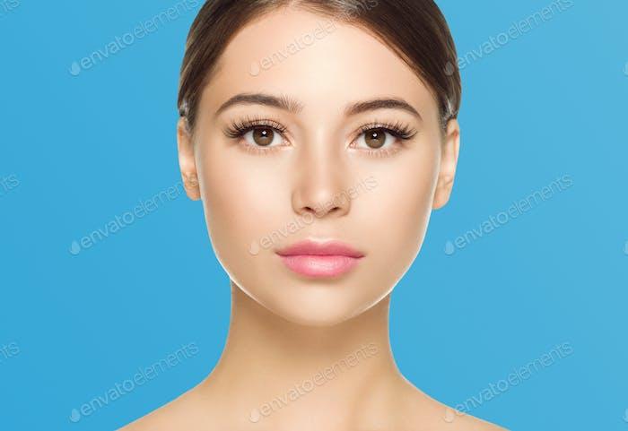 Augen Wimpern Frau Gesicht Nahaufnahme natürliche Make-up gesunde Haut. Farbiger Hintergrund.