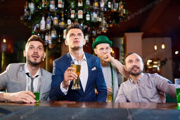 Männer in beobachten Rugby Match eingewickelt