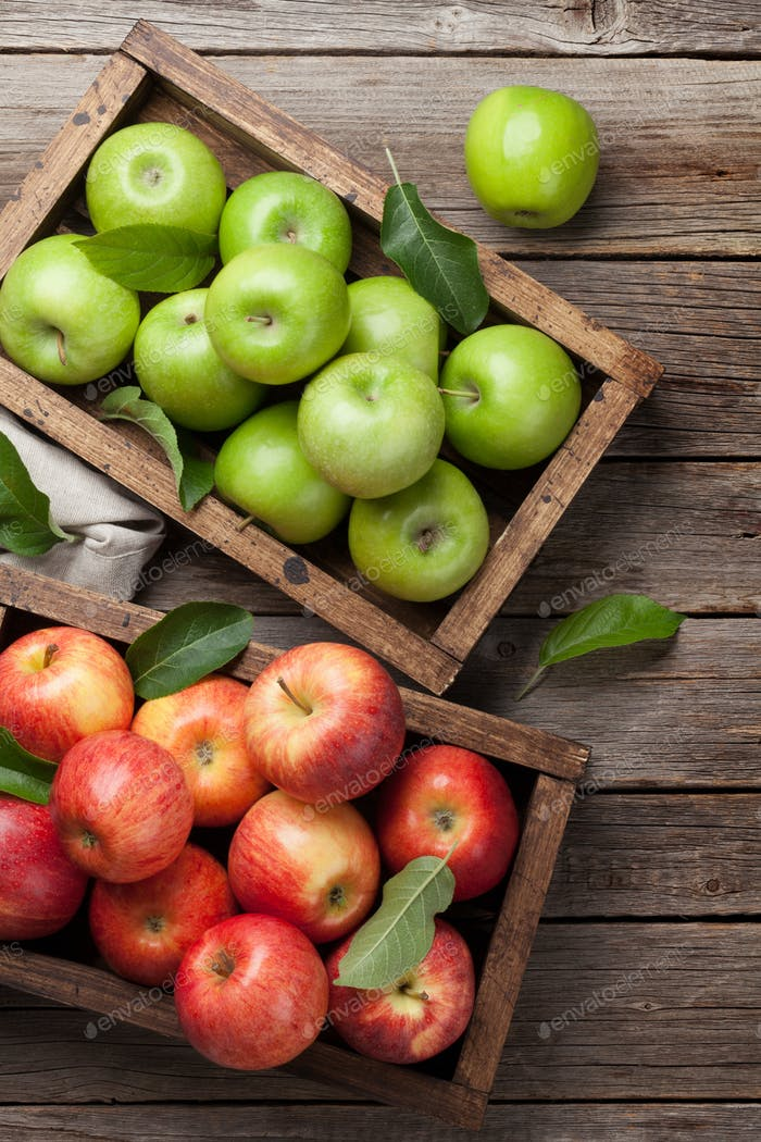 Grüne und rote Äpfel in Holzkiste