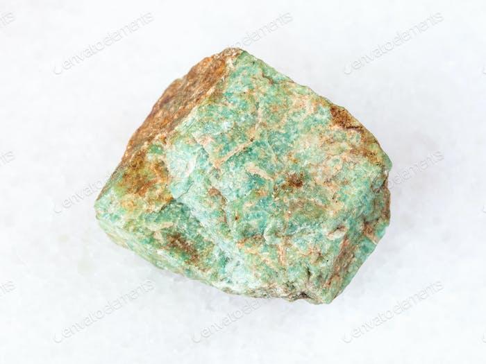 roher Amazonit Stein auf weiß