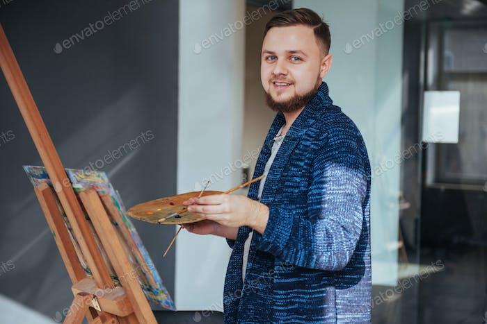 мужской художник в галерее