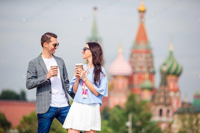 Junge Dating-Paar in der Liebe zu Fuß in der Stadt Hintergrund St Basils Kirche