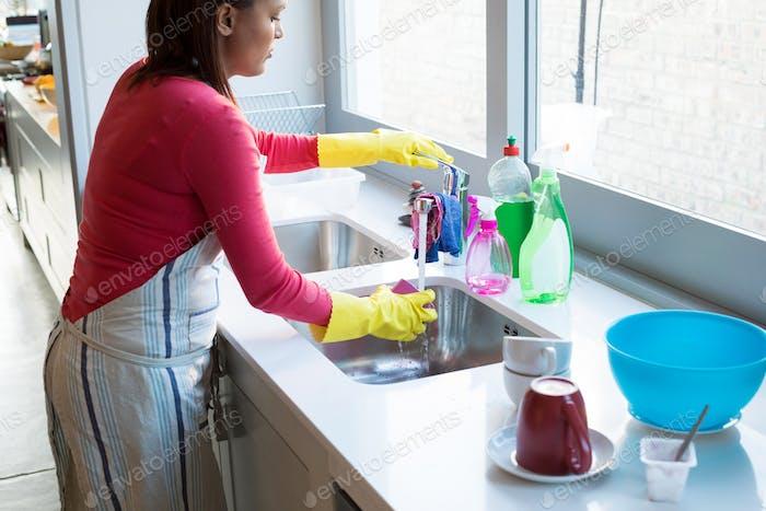 Frau Waschbecher in Küchenspüle