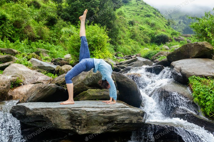 Frau tun Yoga Asana am Wasserfall
