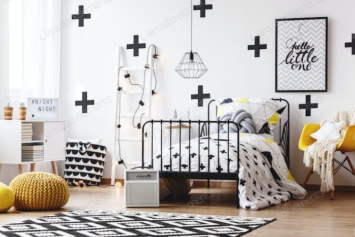 Tapete mit Kreuzen im Schlafzimmer