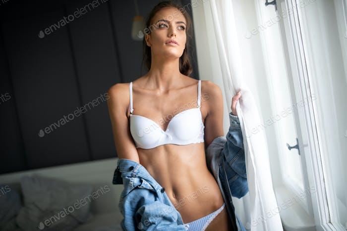 Schöne verführerische junge Frau in sexy weiße Dessous mit glamourösen Gesicht