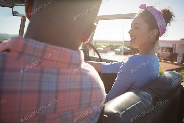Paar interagieren miteinander im Auto
