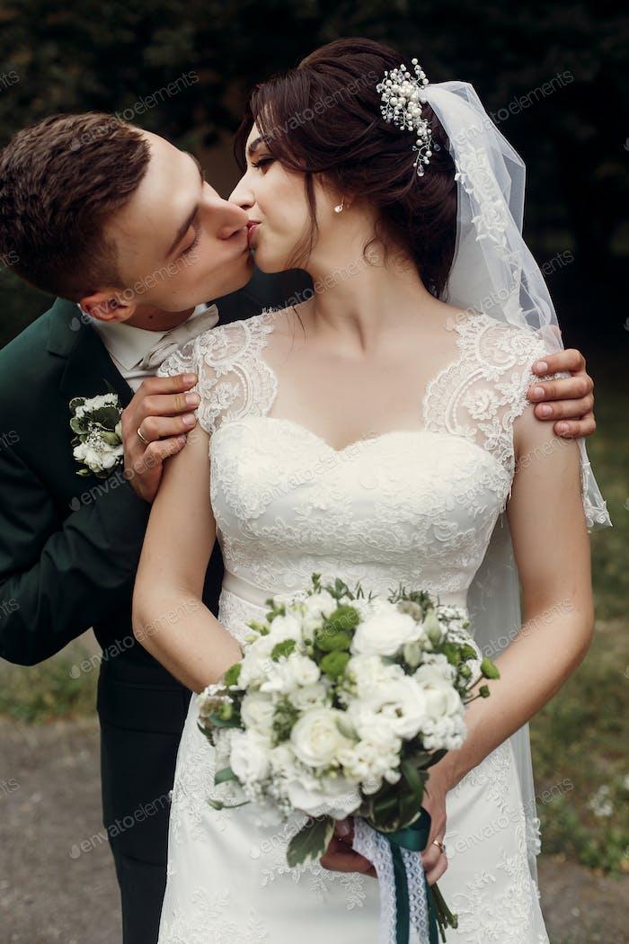 frisch verheiratetes Paar im Park