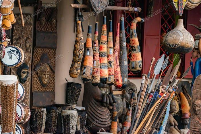 Variedad de recuerdos africanos expuestos a la venta en el mercado local