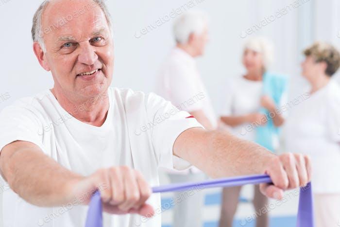 Mann trainieren mit Übungsband