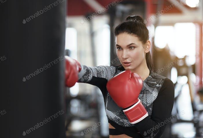 Sportkonzept junge weibliche boxer arbeiten aus in fitnessstudio