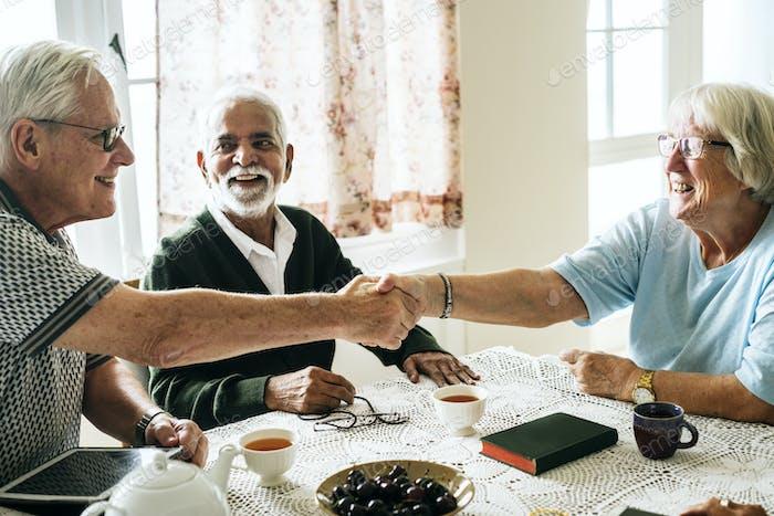Casual Senioren schütteln die Hände