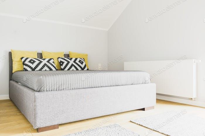 Современная спальня на чердаке
