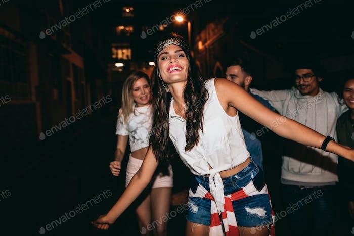 Schöne junge Frau tanzen in der Party mit Freunden