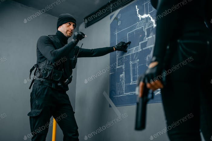 Los gángsters se preparan para el robo de la bóveda del banco