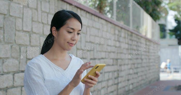 El uso de la mujer del celular en la ciudad