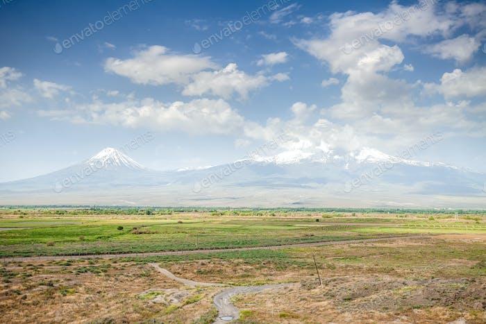 Wiese, Hügel und blauer Himmel