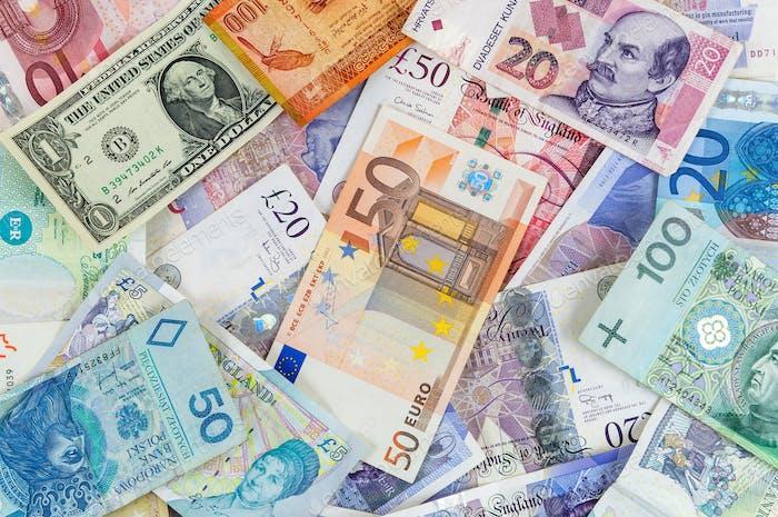Diferentes monedas de los billetes de fondo