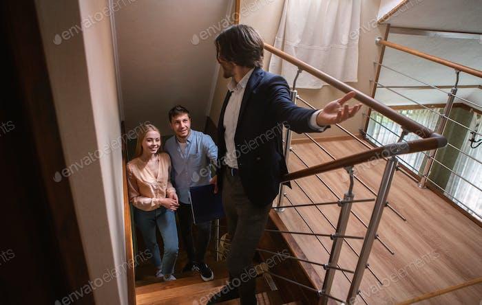 Immobilienmakler zeigt potenzielle Käufer in der Umgebung von Immobilien