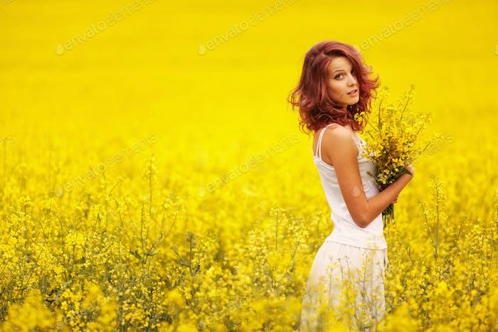 schönes Mädchen im gelben Feld