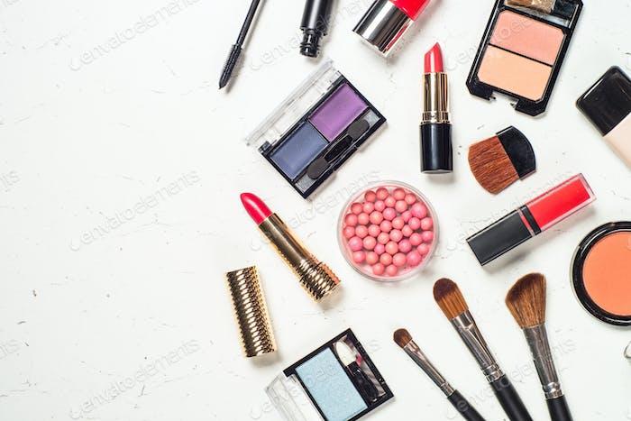 Make-up professionelle Kosmetik auf weißem Hintergrund