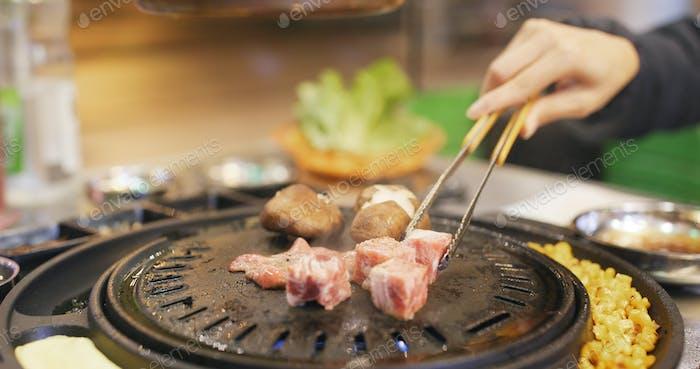 Geröstetes koreanisches Fleisch im Restaurant