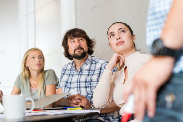 Слушатели слушают во время деловой встречи