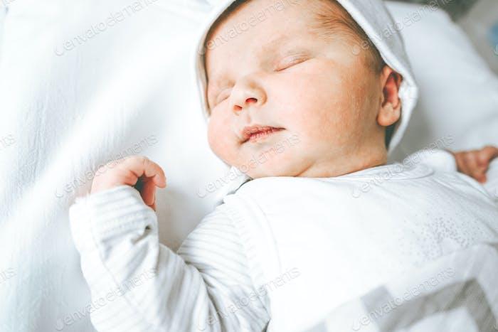 Kleines Baby Mädchen in ihren ersten Tagen des Lebens