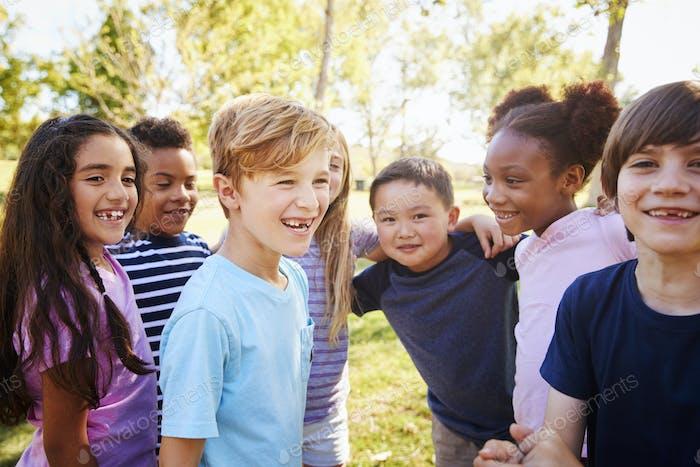 Многоэтническая группа школьников в школьной поездке