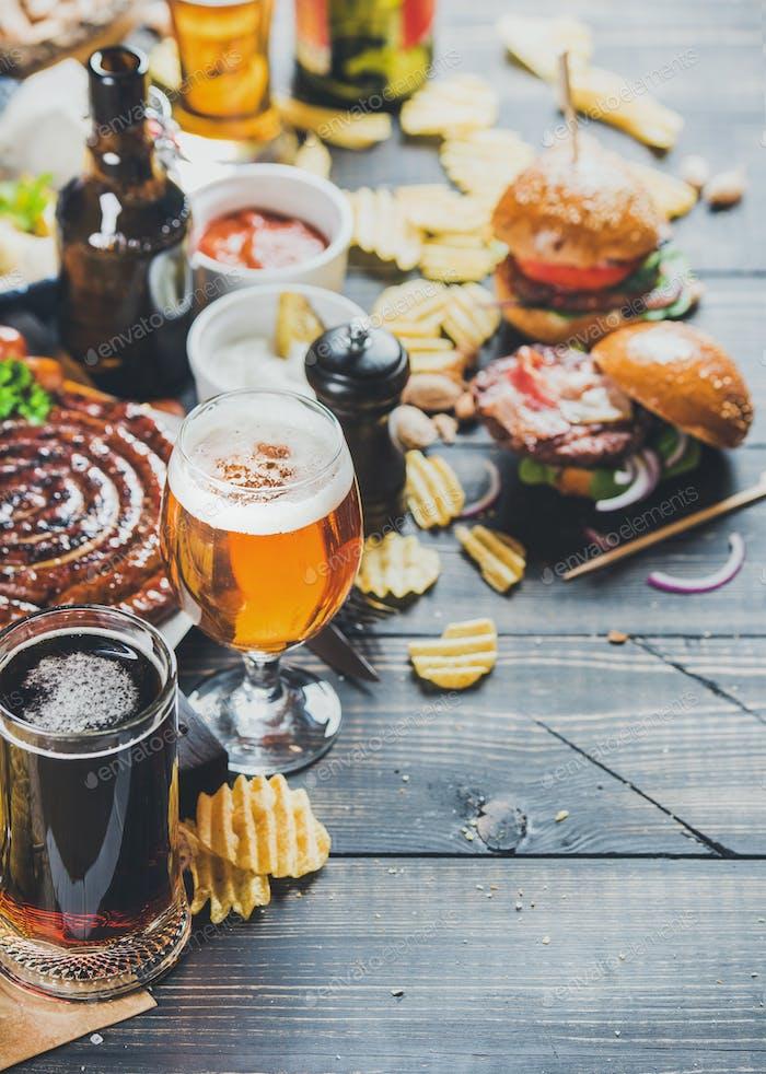 Oktoberfest Bier und Snacks auf dunklem verbrannten Holzhintergrund