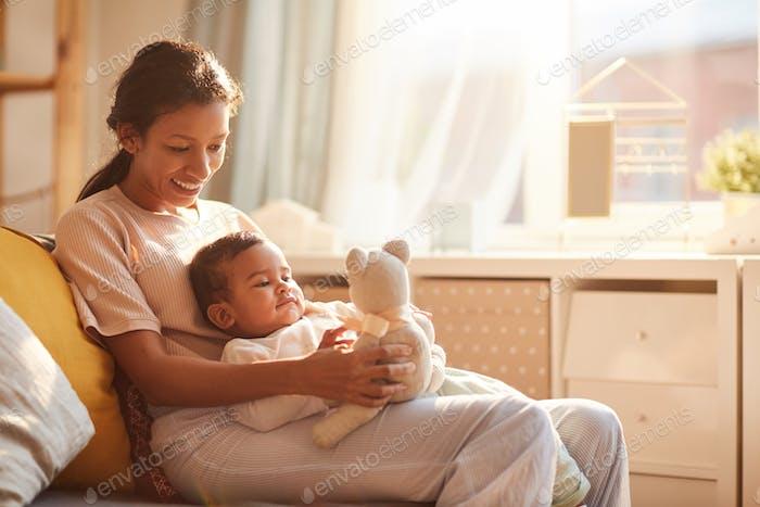 Mutter mit Kind spielen mit Spielzeug
