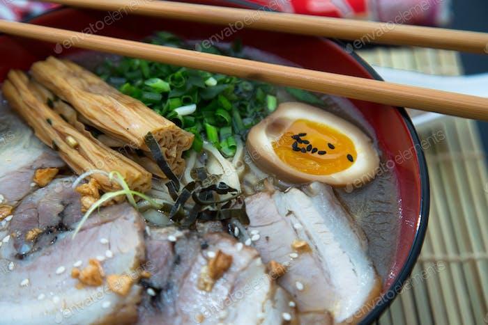 Nahaufnahme Tonkotsu Schweinefleisch Ramen japanische Nudel