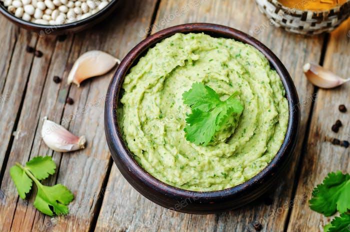 weiße Bohnen Avocado Koriander Limette Hummus