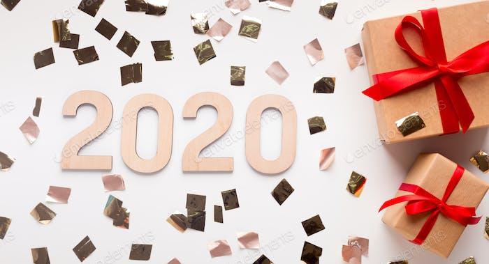 Wow 2020 Neujahrskonzept mit Geschenkboxen und Goldkonfetti