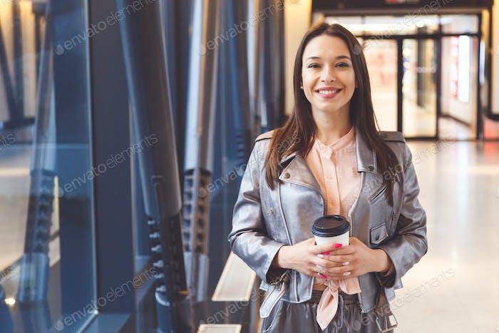 Glückliche Frau Porträt mit Take-away Tasse