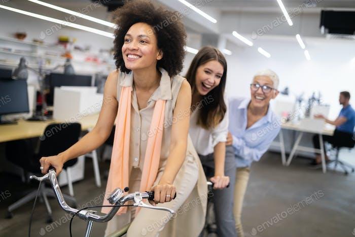 Beschäftigtes trendiges Büro mit Geschäftsleuten, die Erfolg erzielen