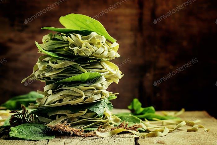 Trockene Spinatnudeln mit grünen Blättern